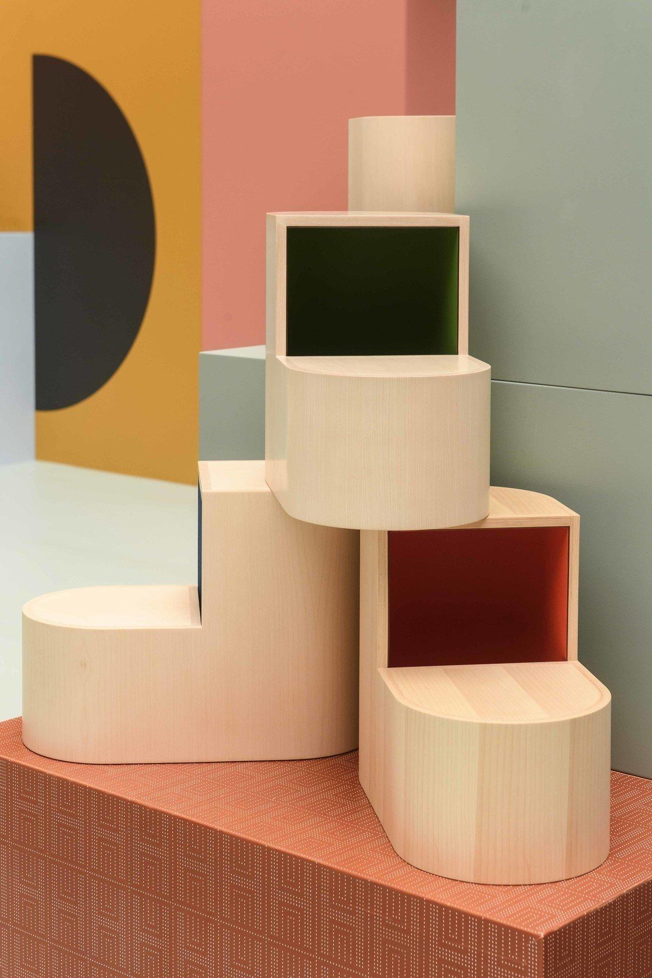 靈感來自馬蹄鐵,內部可以收納東西的多彩SABOT椅凳。圖/愛馬仕提供