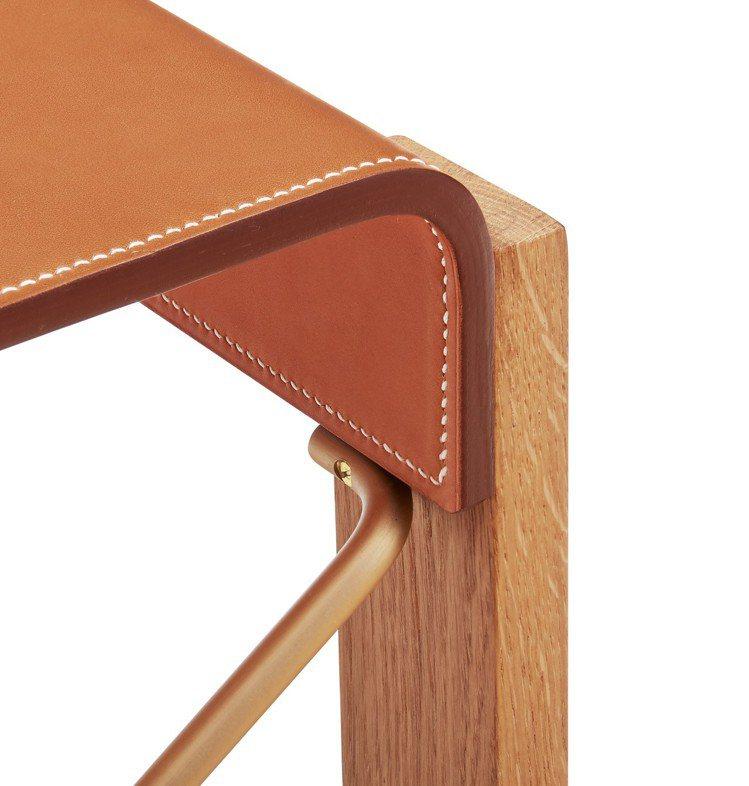 Equis d'Hermès 系列座椅採用愛馬仕專業的皮革工藝手工縫製椅背與座椅...