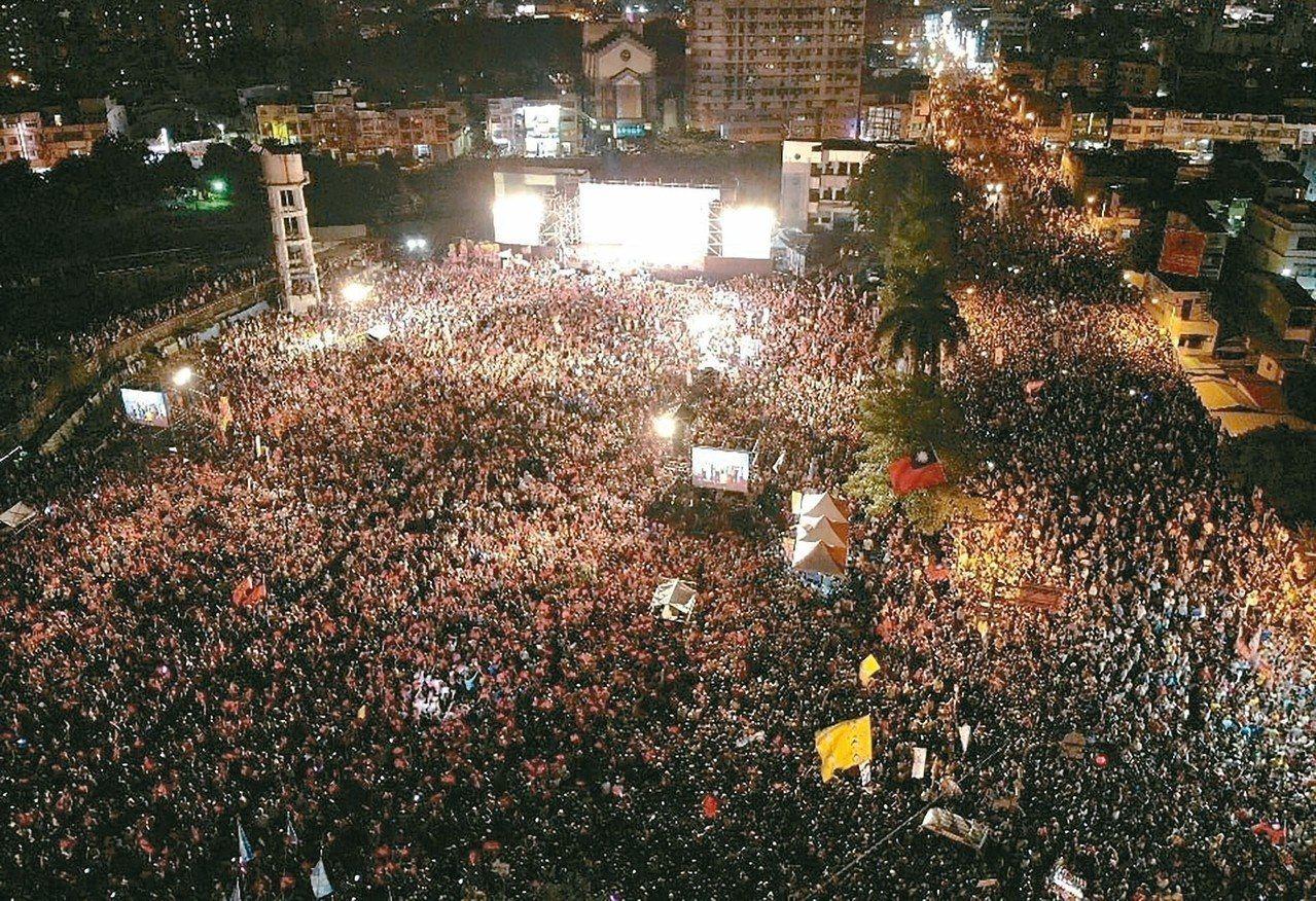 國民黨高雄市長候選人韓國瑜昨晚在鳳山舉辦造勢晚會,主辦單位宣稱現場湧進5萬人。 ...