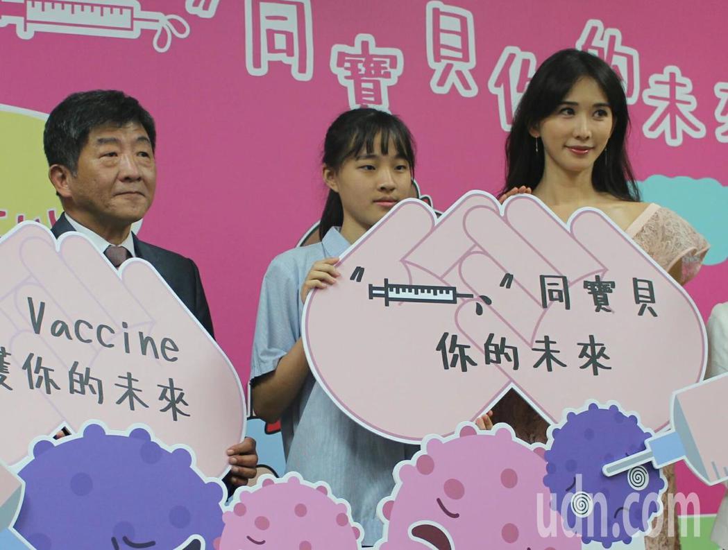 藝人林志玲(右)主動參與,同意擔任「共同宣導大使」,與衛生福利部部長陳時中(左)...