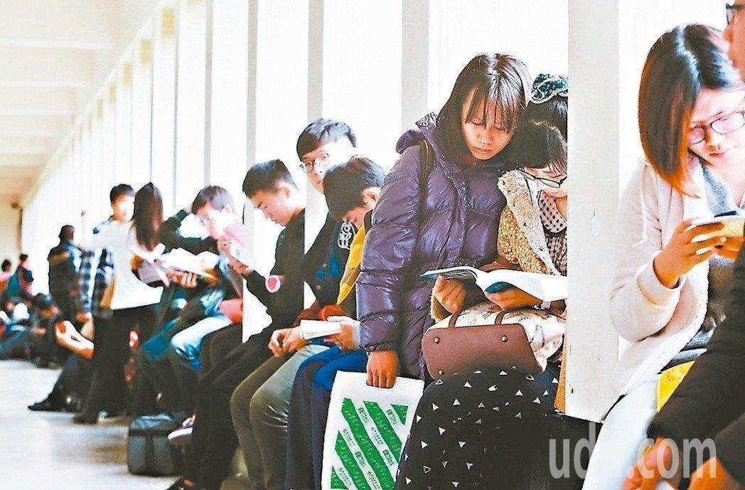 因應少子化,教育部民國93年起管控師資培育數量,圖為師培生參加教師檢定考試畫面。...