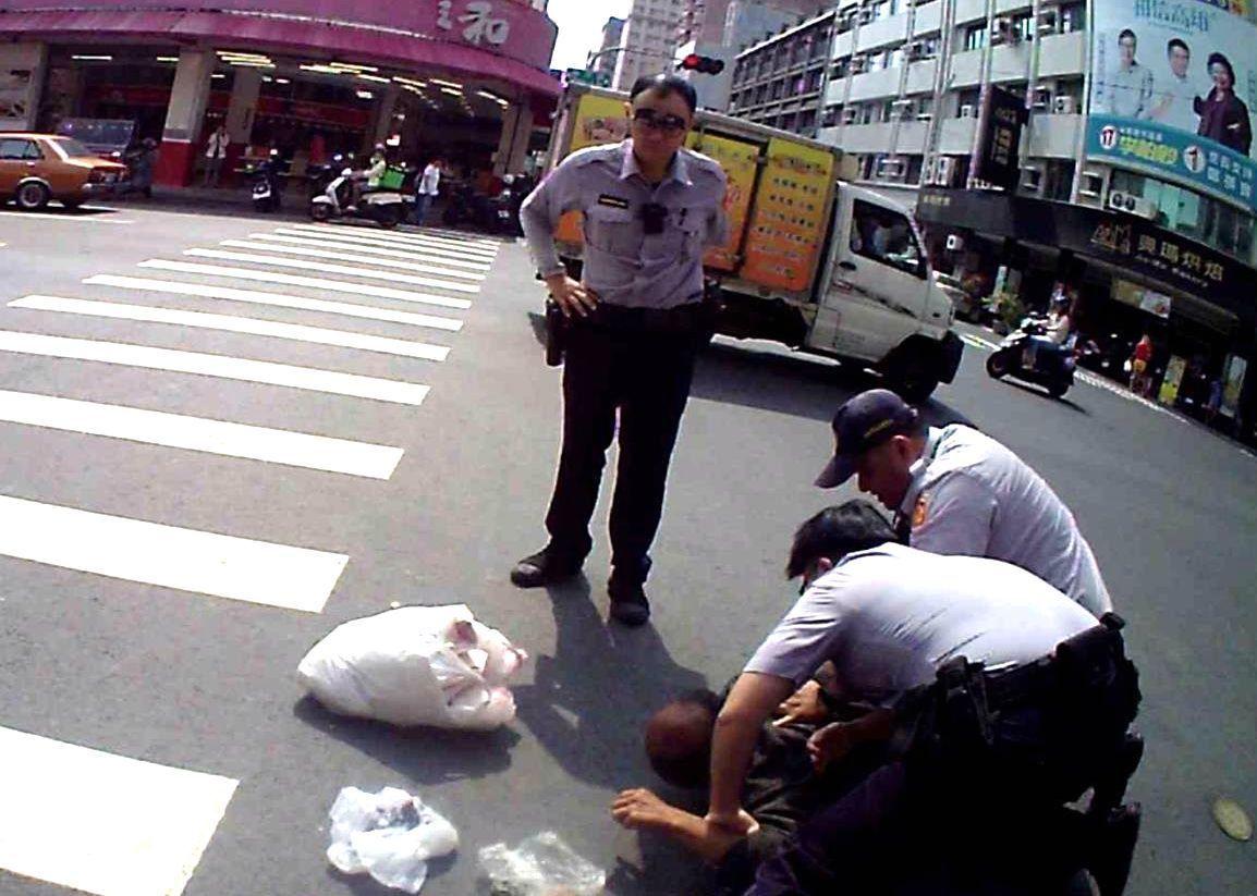 陳姓男子涉嫌辱罵員警,被員警壓制、逮捕。記者林保光/翻攝