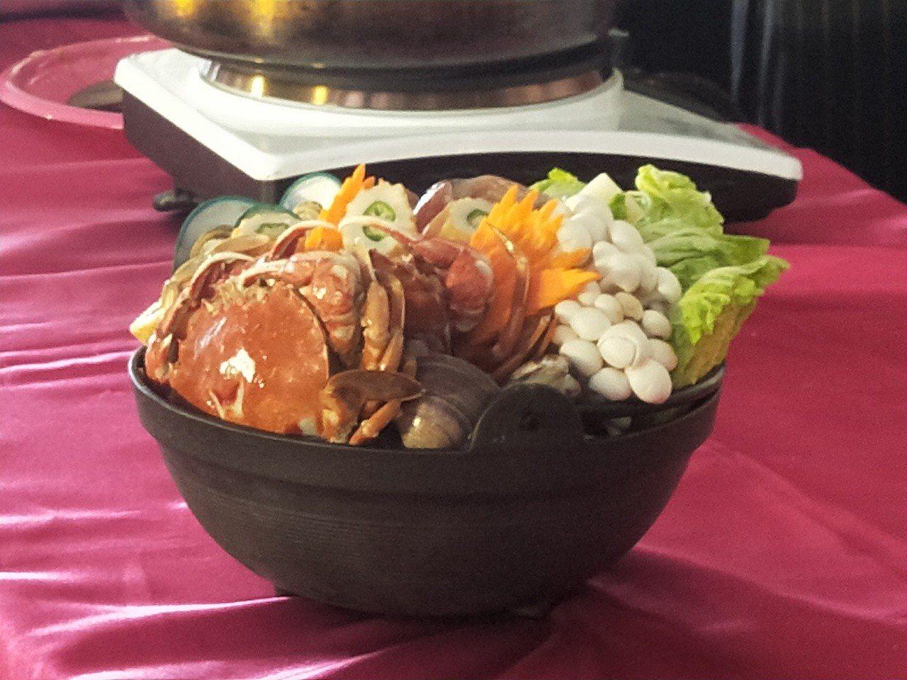 今天市長林右昌夫人吳秋英特別到場推薦漁夫鍋美味。記者游明煌/攝影