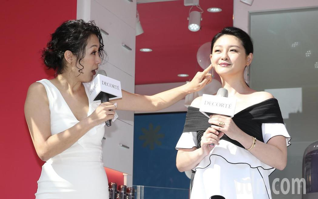 藝人大S(右)下午出席SOGO百貨前活動,代言保養品牌,主持人gigi(左)摸著...