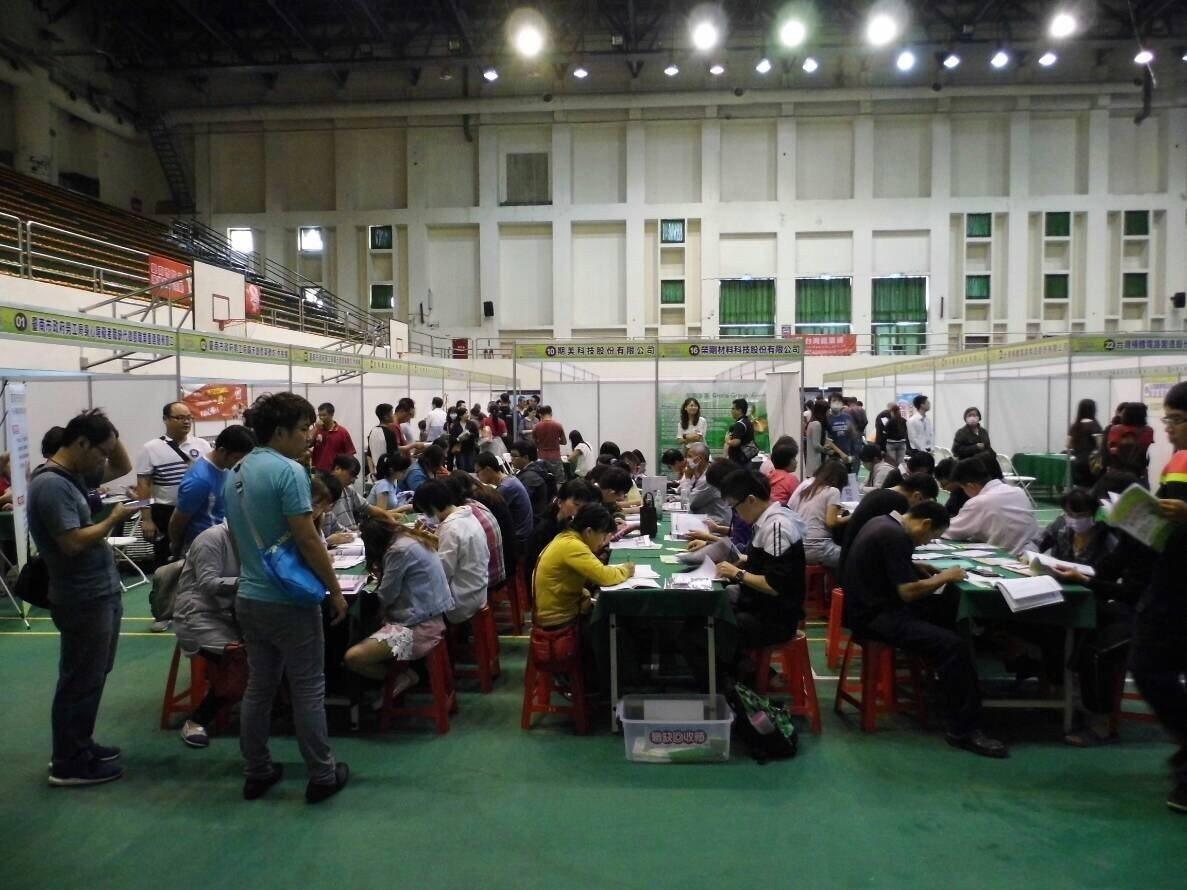 台南市勞工局舉辦大型徵才活動。記者吳政修/攝影
