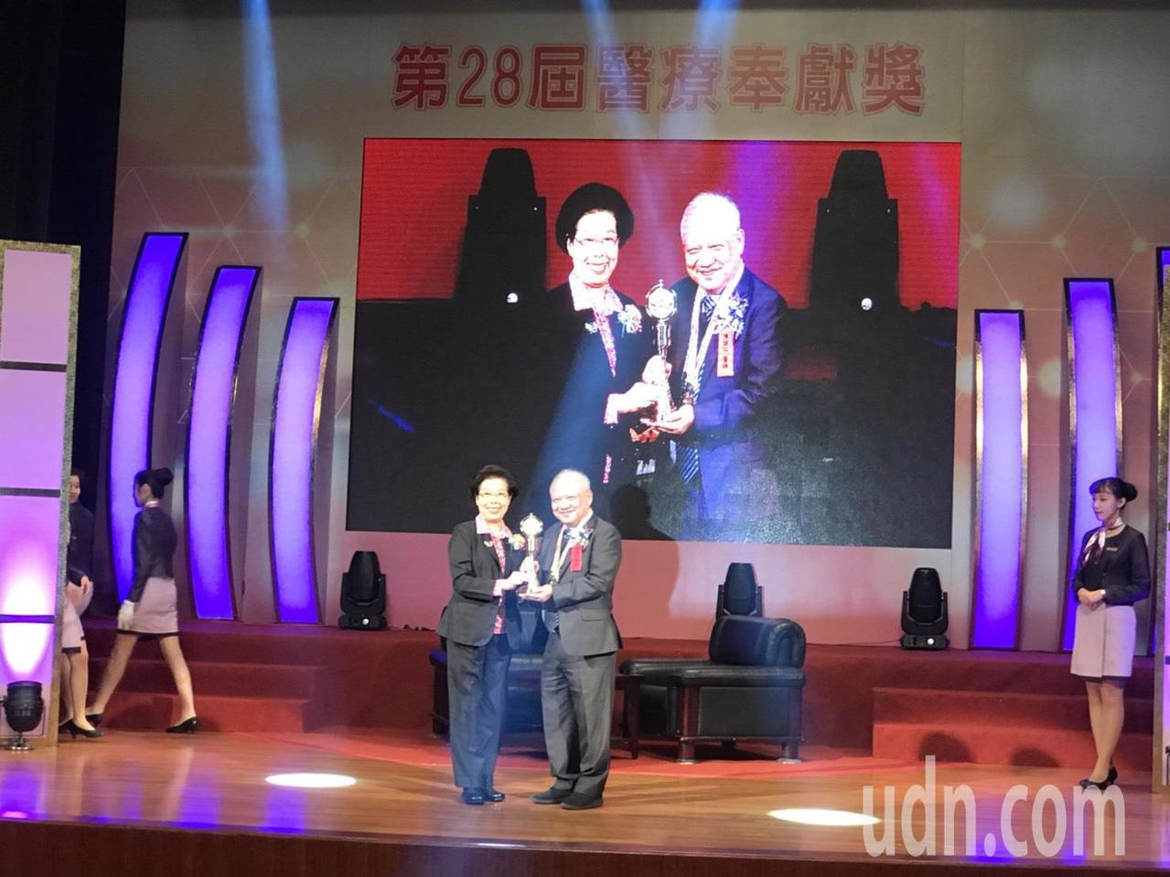 嘉基胸腔內科主治醫師陳誠仁(右)獲得第28屆醫療奉獻獎。記者簡浩正/攝影
