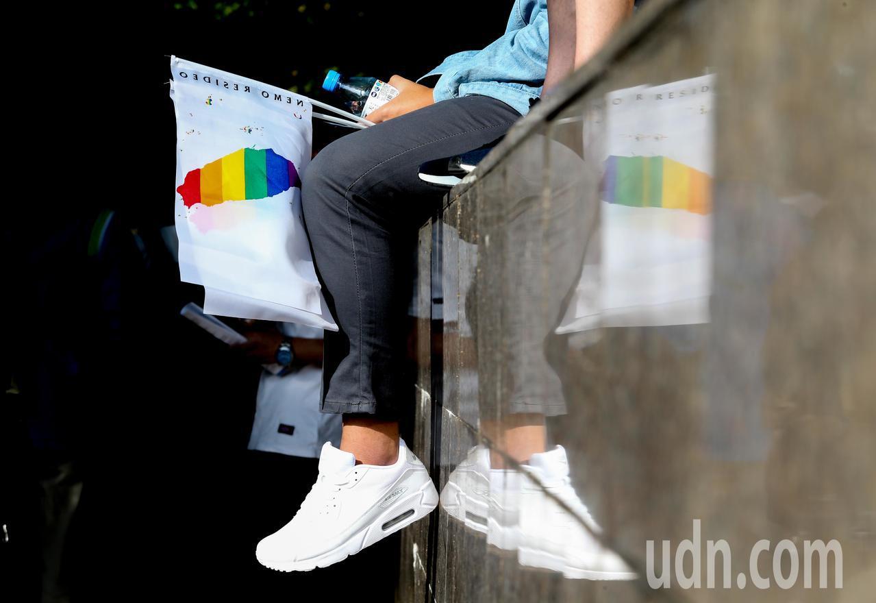 民眾帶著彩虹旗表達支持同性婚姻平權。記者葉信菉/攝影