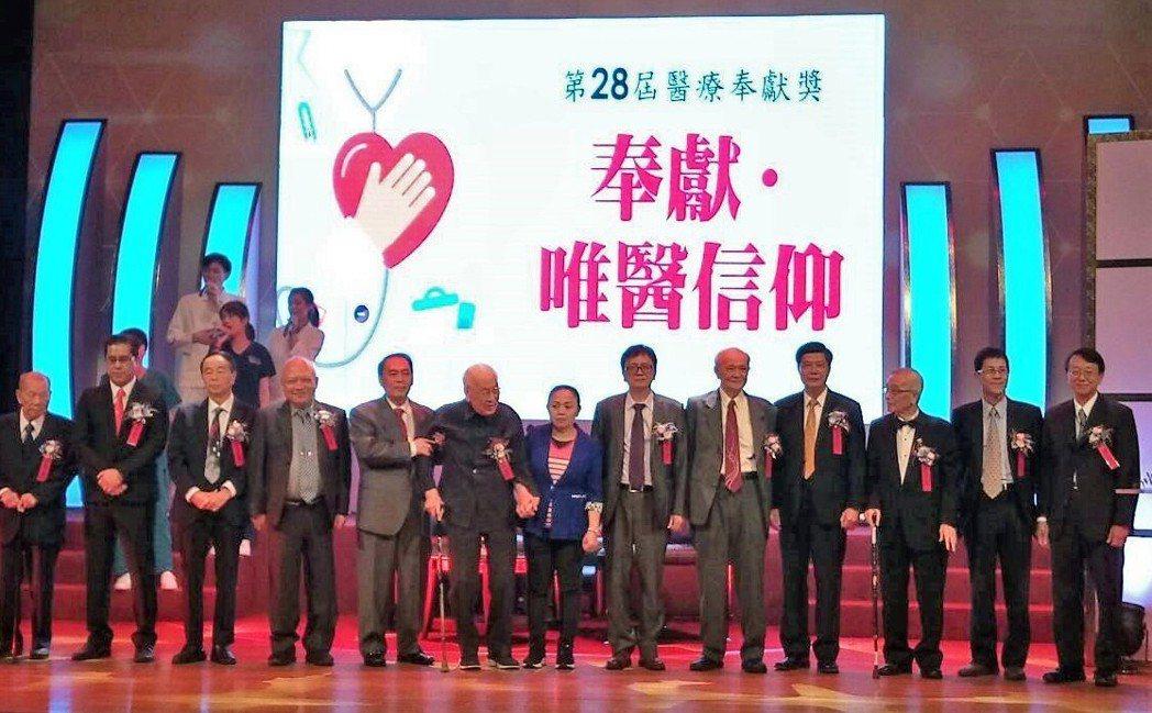 第二十八屆醫療奉獻獎今日舉行頒獎典禮,今年許多得主高齡八、九十,是現在醫界醫療人...