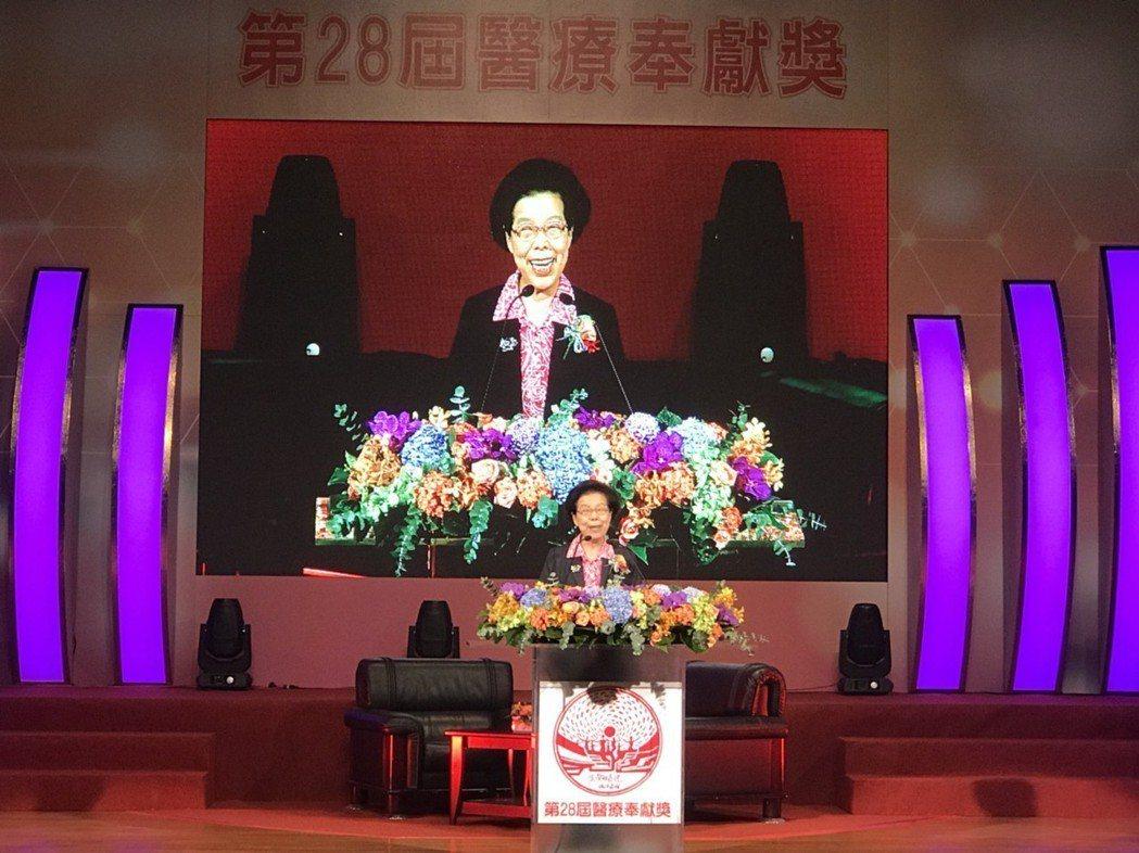 第28屆醫療奉獻獎今日頒獎,監察院長張博雅致詞時表示,她代表政府感念醫界的各位前...