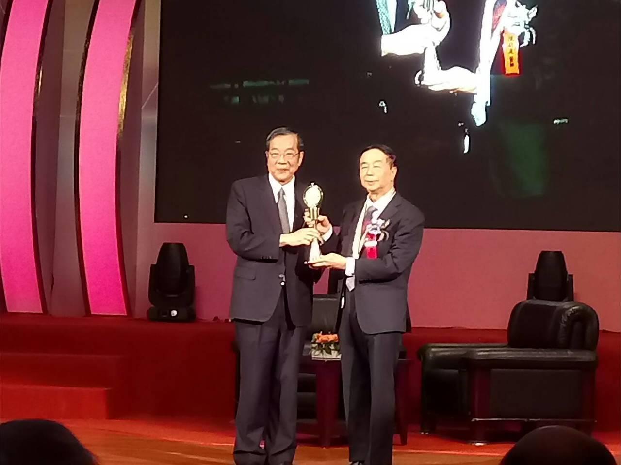 第28屆醫療奉獻獎今頒獎,人稱台灣整形外科教父的陳明庭是今年第28屆個人醫療奉獻...