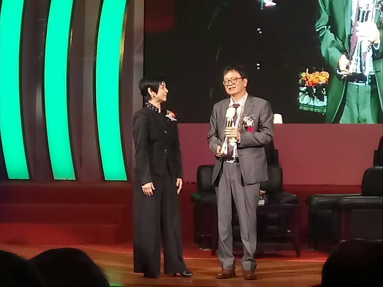 第28屆醫療奉獻獎今頒獎,台大雲林分院精神部主治醫師葉寶專(右)是今年第28屆個...