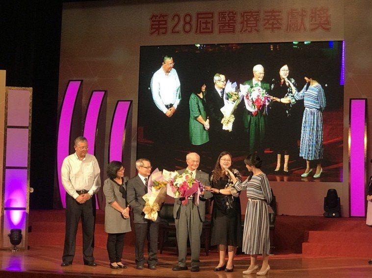獲得第28屆醫奉獎的許志新醫師(右3),14年前捨棄退休生活,前往恆春基督教醫院...