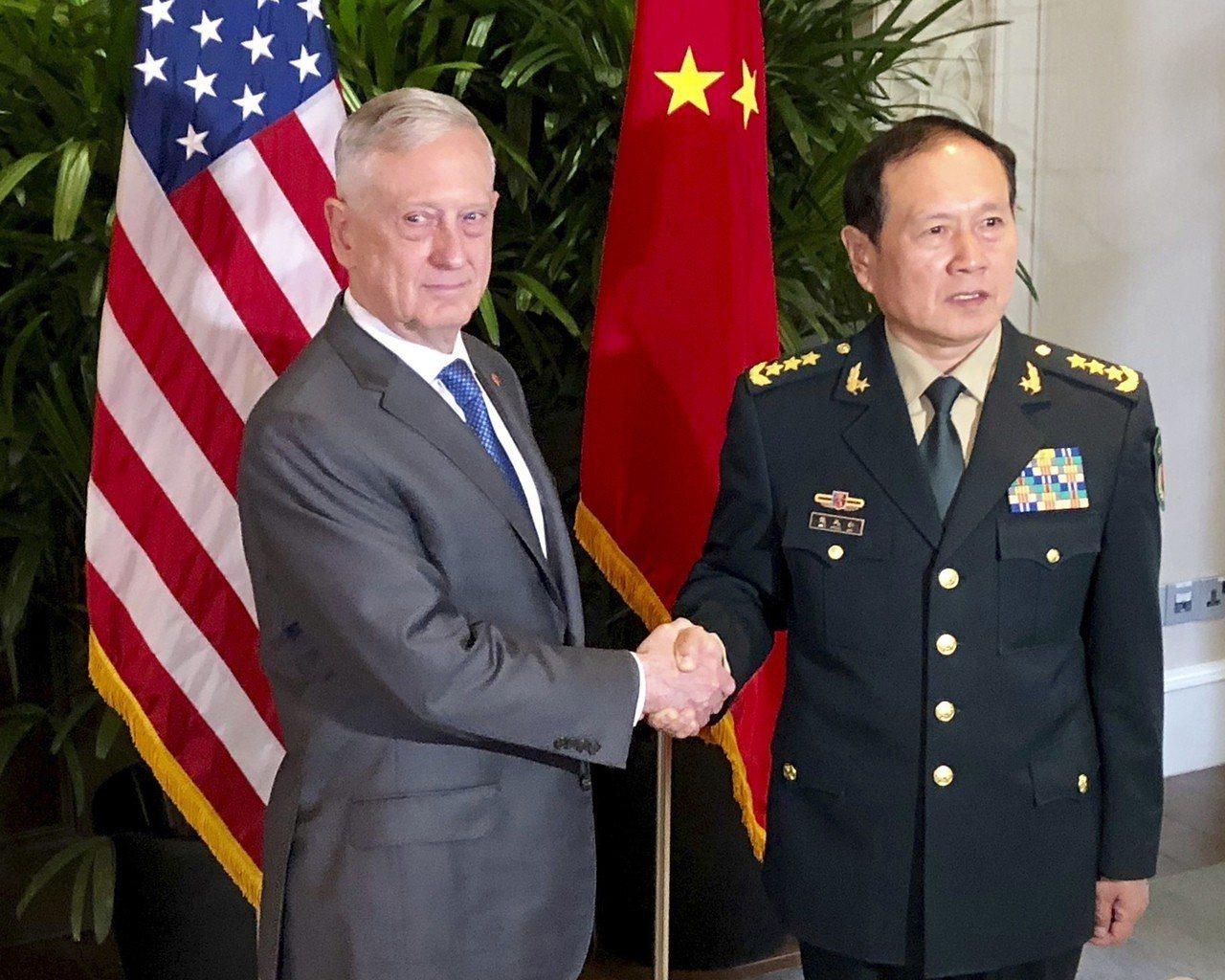 美國國防部長馬提斯(左)10月18日在新加坡與大陸國防部長魏鳳和(右)舉行會談。...