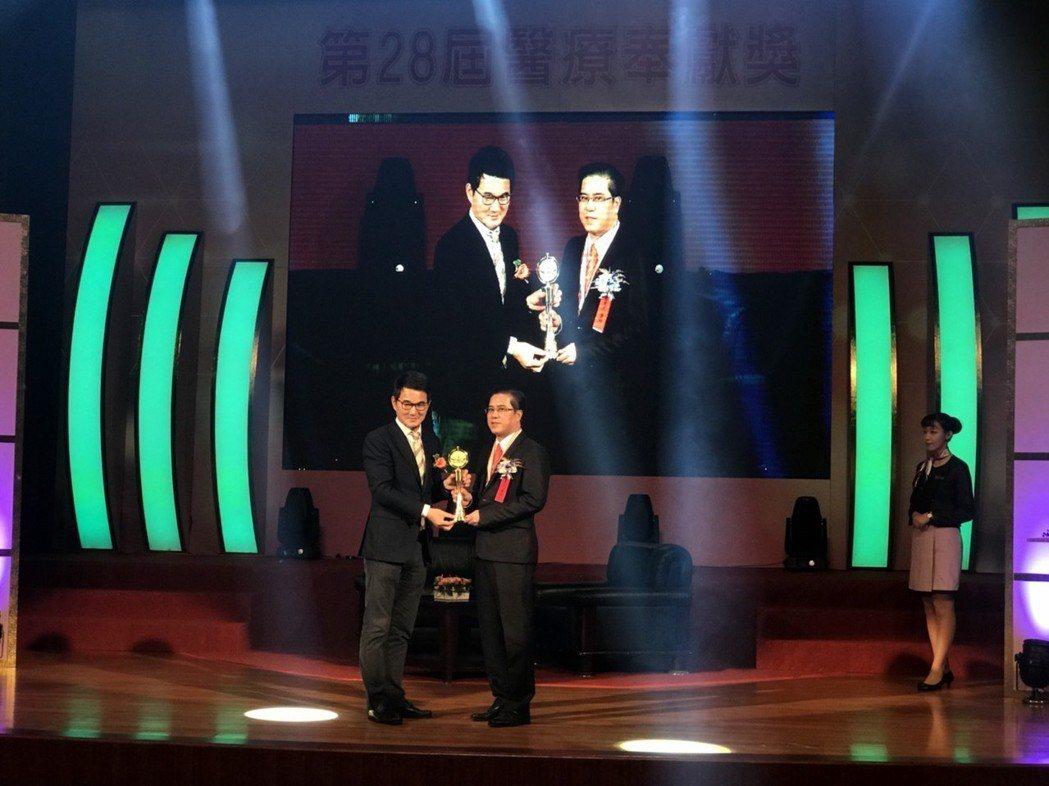 第28屆醫奉獎得獎者,被暱稱為「鋼鐵醫師」的大武鄉衛生所主任盧克凡(圖右),所推...