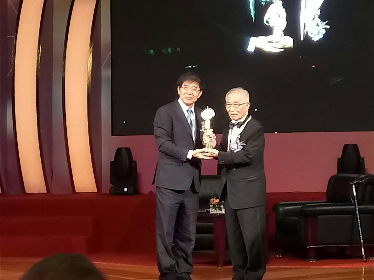 第28屆醫療奉獻獎今頒獎,今年的特殊醫療貢獻獎得主是人稱「內視鏡鼻祖」的醫師陳寶...