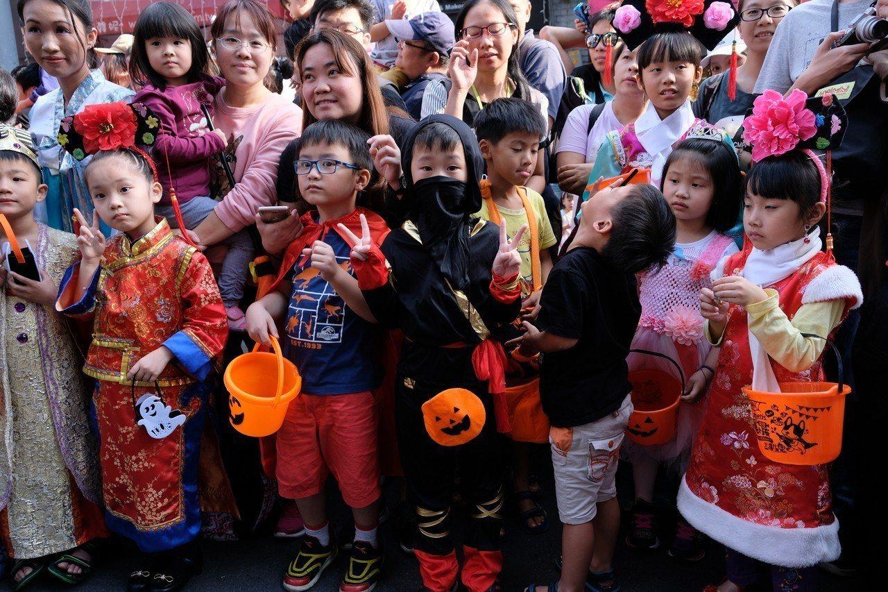「新北府中搞什麼鬼」也有小朋友穿上可愛的格格、忍者等服裝。記者張曼蘋/攝影