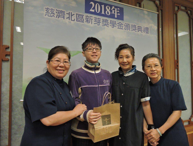 葉洋綸(左二)罹罕病、不喊苦,希望以自身成長過程,鼓舞更多逆境中的學子們,傳遞一...