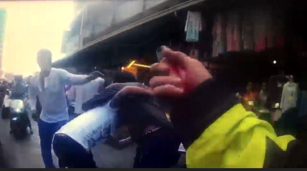 員警見雙方打到眼紅不可開交,甚至與員警拉扯,只好拿出辣椒水。記者周宗禎/翻攝