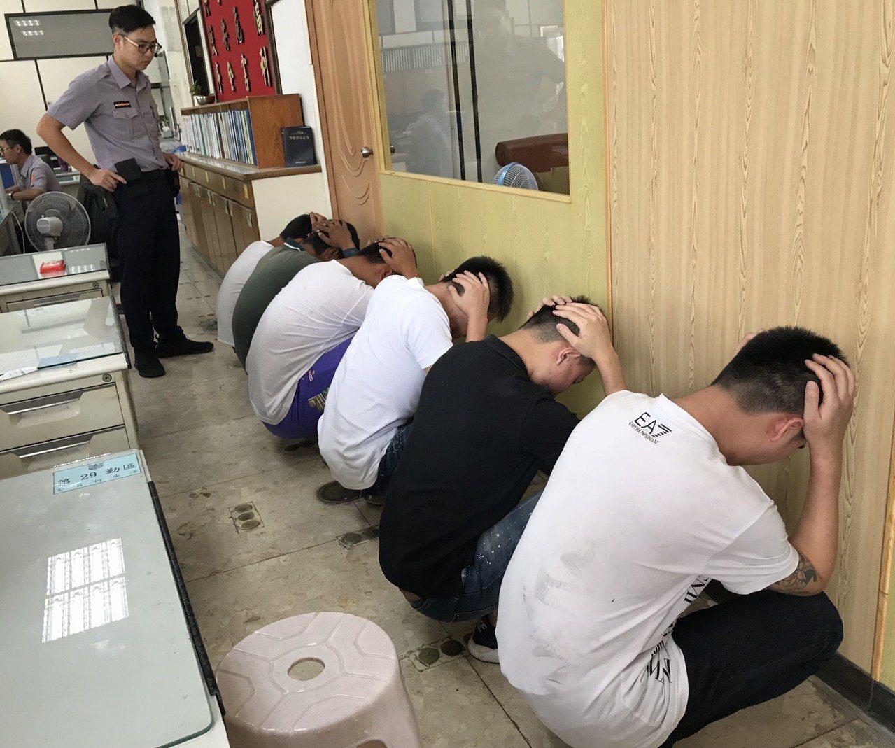 6名年輕人打到眼紅員警到場也不當回事,甚至與員警拉扯,全被上銬帶回送辦。記者周宗...