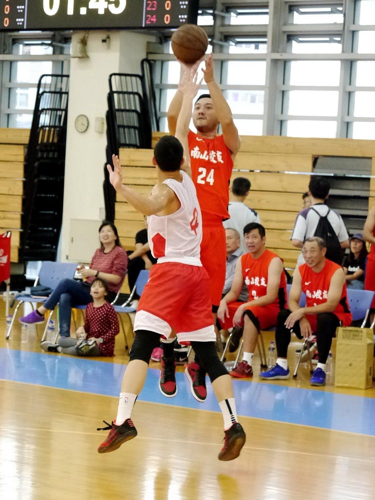 林冠綸在校友表演賽中展現神射。記者劉肇育/攝影
