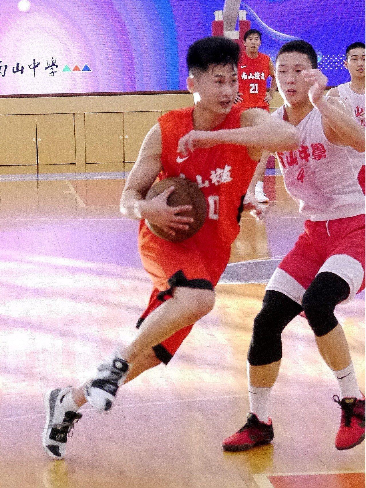 彭俊諺代表南山校友隊出賽。記者劉肇育/攝影