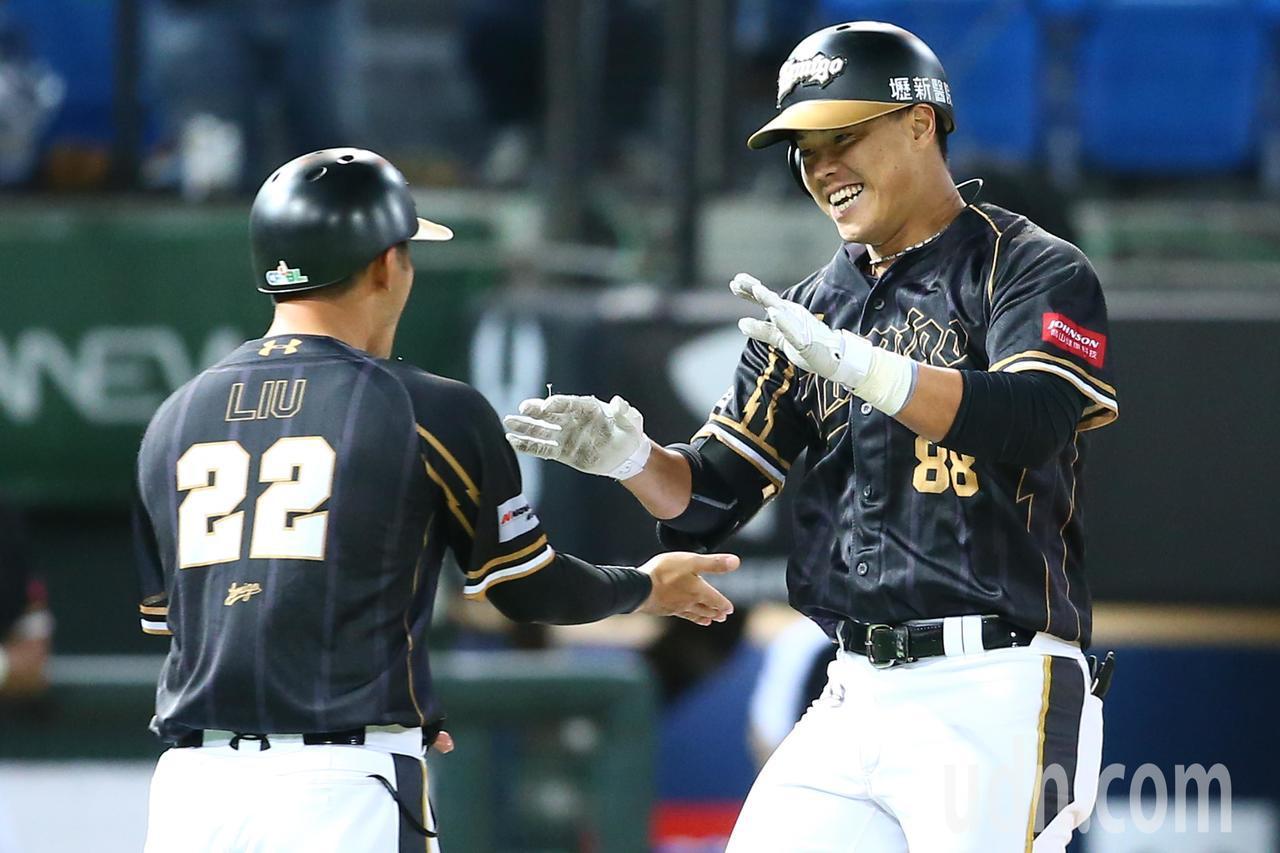 2018年中職總冠軍賽系列戰開打,Lamigo桃猿隊在主場桃園棒球場迎戰統一7-...