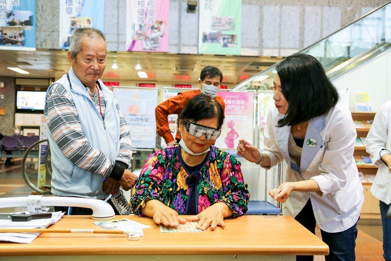 昨輔具體驗活動中,也讓民眾帶上模擬青光眼的眼鏡,了解青光眼患者的不便。圖/門諾醫...