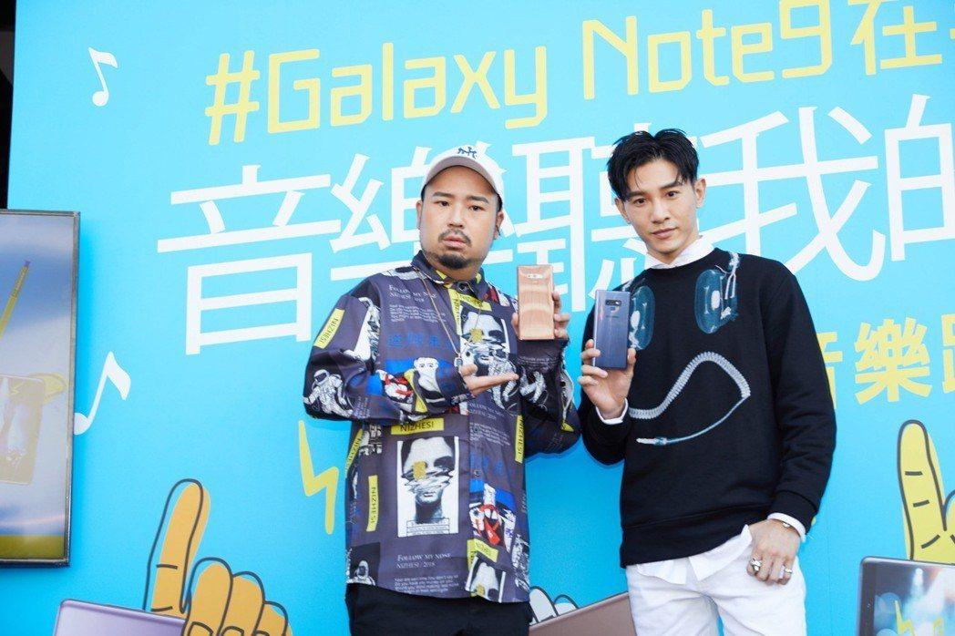 張立昂(右)、阿達出席活動,和粉絲high唱。圖/三星Galaxy提供