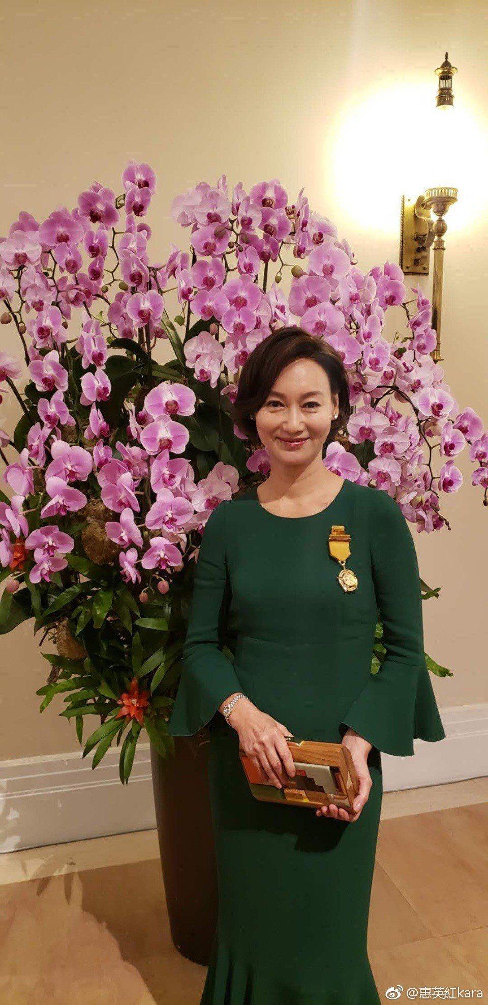 惠英紅一身綠色優雅長裙出席授勳儀式。圖/摘自微博