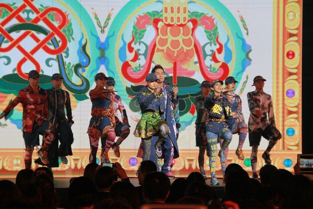 「嘻哈故宮」透過跨界合作,嘻哈歌手大支穿著結合故宮「龍藏經」元素的華麗設計服飾表...