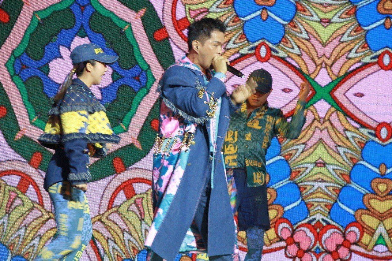 「嘻哈故宮」透過跨界合作,嘻哈歌手大支曾穿著結合故宮「龍藏經」元素的華麗設計服飾...