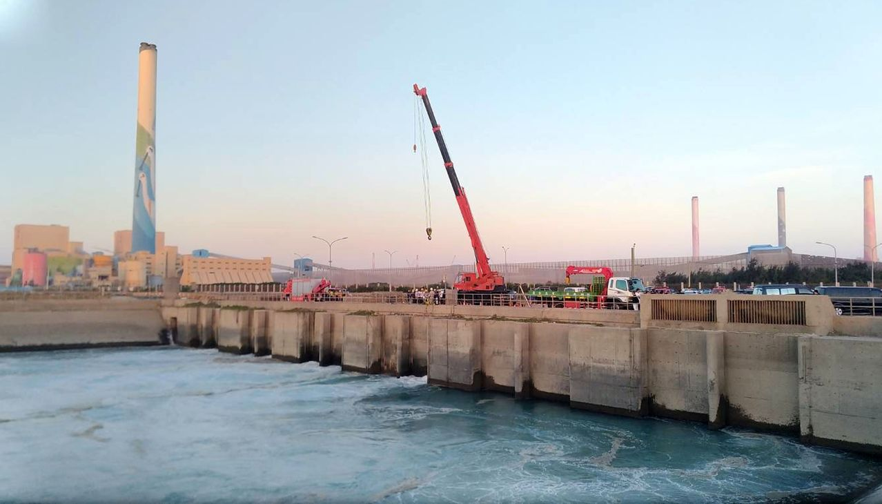 台中港今天傳工安意外,2名負責吊掛移出止水塊的潛水夫失聯,現場現場風大、水流湍急...