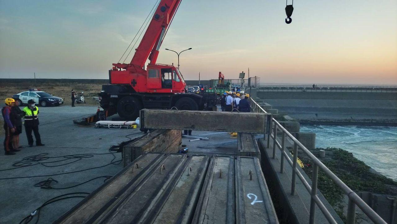台中港今天傳工安意外,2名負責吊掛移出止水塊的潛水夫失聯,現場搜救單位持續搜救中...