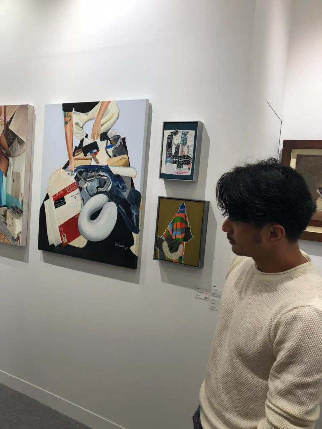 張睿家拍側拍郭彥甫畫展。圖/周子娛樂提供