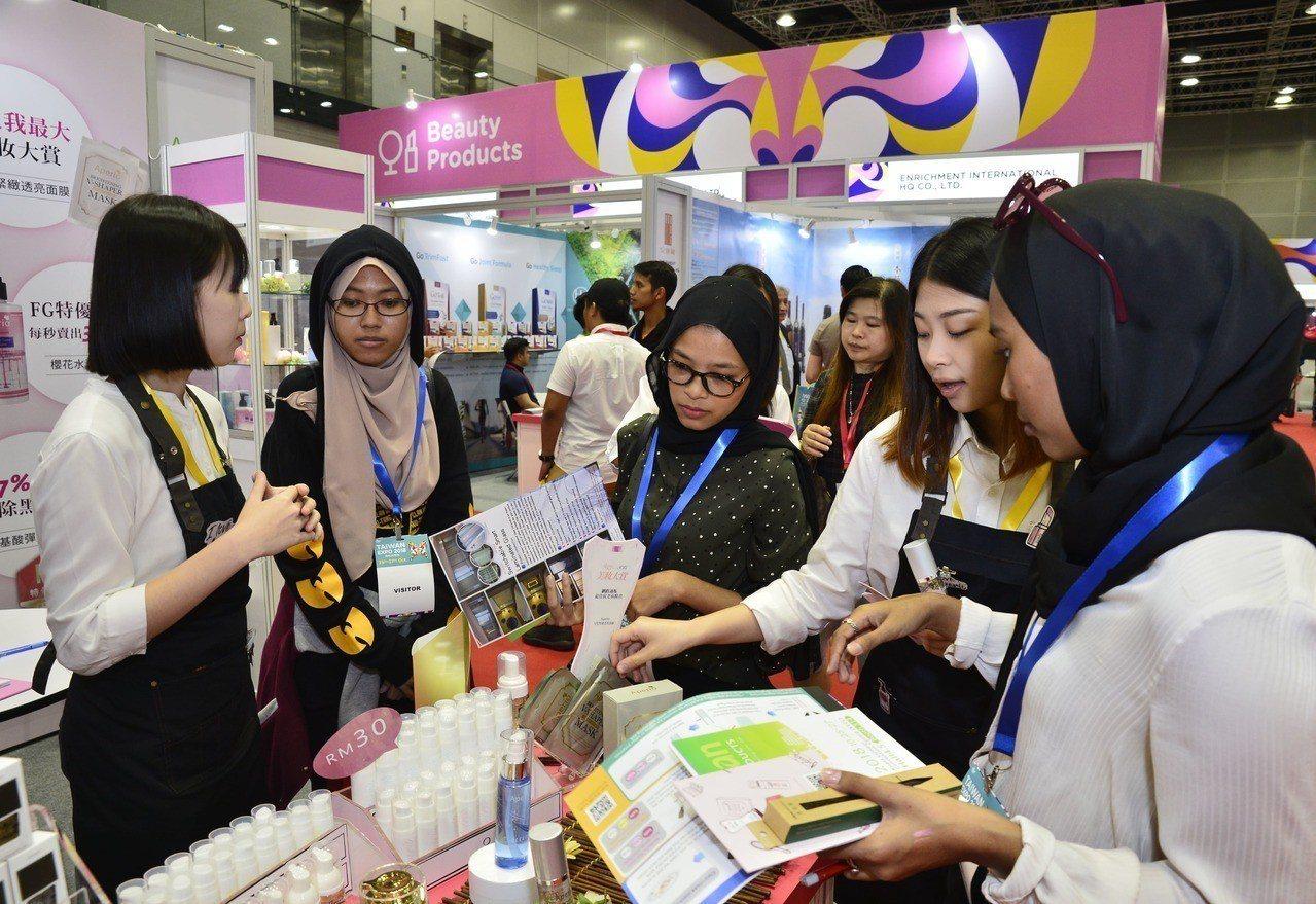 馬來西亞台灣形象展成果豐碩,其中穆斯林消費力逐漸上升,展場中的臺灣美容美粧產品大...