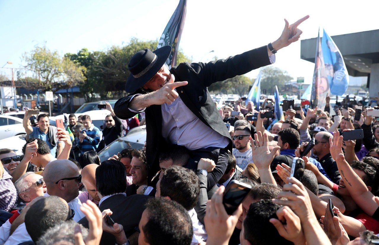巴西總統候選人波索納洛儼然勝券在握。(路透資料照)