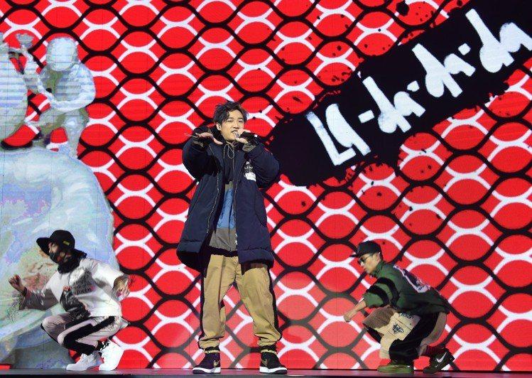 熊仔表演時,為設計師吳若羚發表以塗鴉筆觸展現的《玉人與熊》系列。圖/主辦單位提供