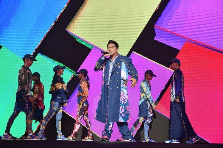 大支的表演結合Daniel Wong的《龍藏經》服裝作品。圖/主辦單位提供
