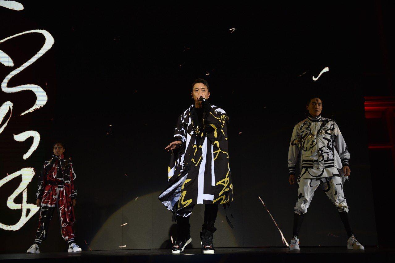 韓國歌手Flowsik演唱時,搭襯周裕穎以懷素狂草《自敘帖》為靈感的創作。圖/主...