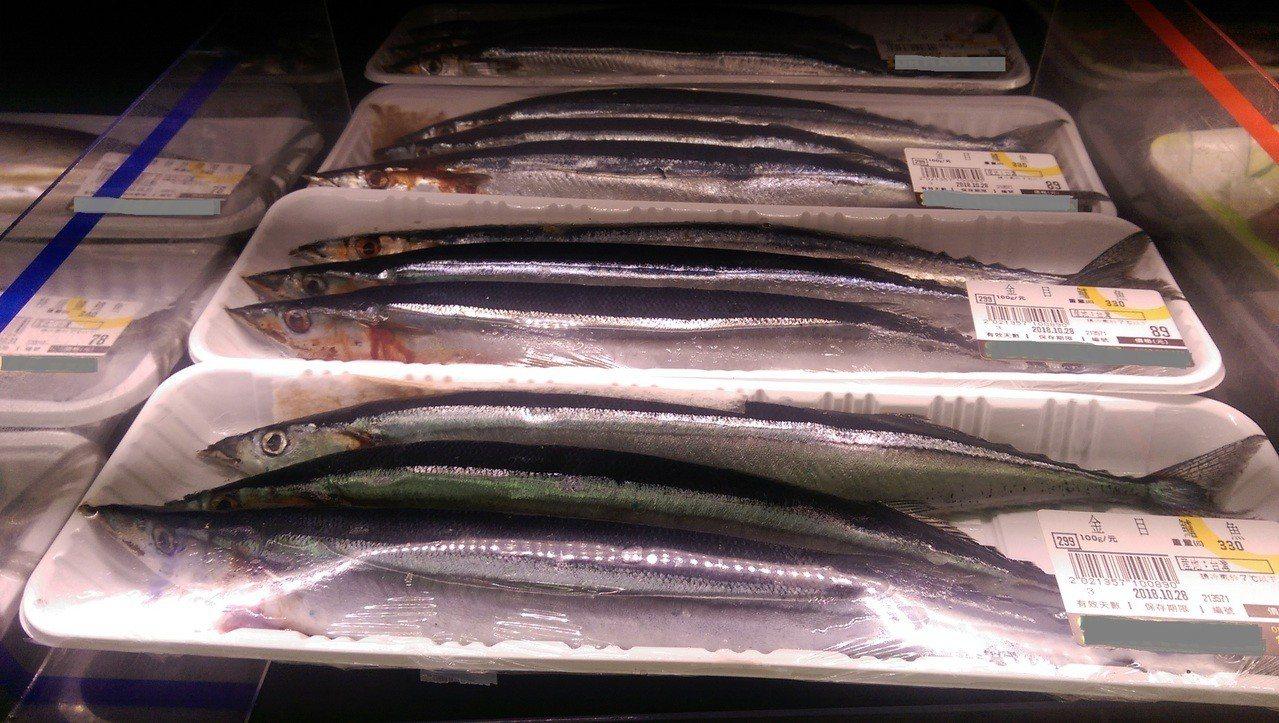 台東市一家生鮮超市,架上的秋刀魚,3條價格89元,讓民眾買不下手,原來店員貼錯標...