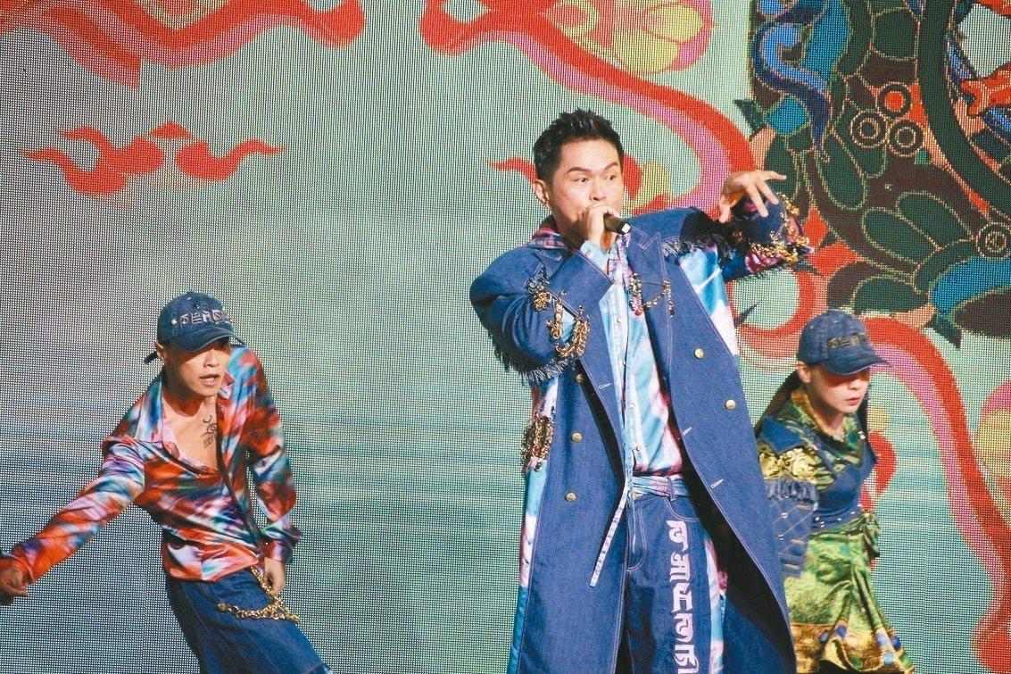 「嘻哈故宮」透過跨界合作,由嘻哈歌手大支等人,穿著結合故宮元素的華麗設計服飾表演...
