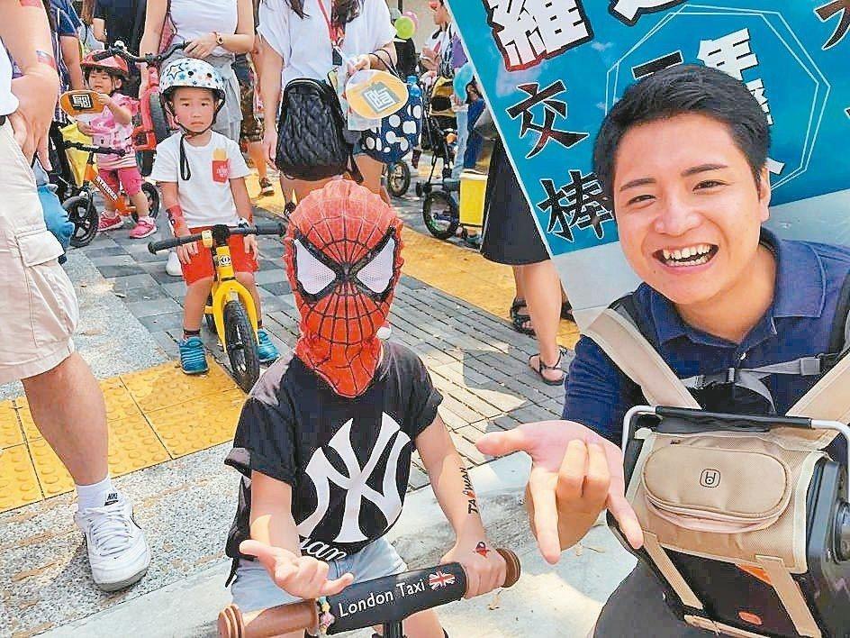 羅廷瑋(右)約親子一起出來騎滑步車。 圖/羅廷瑋提供