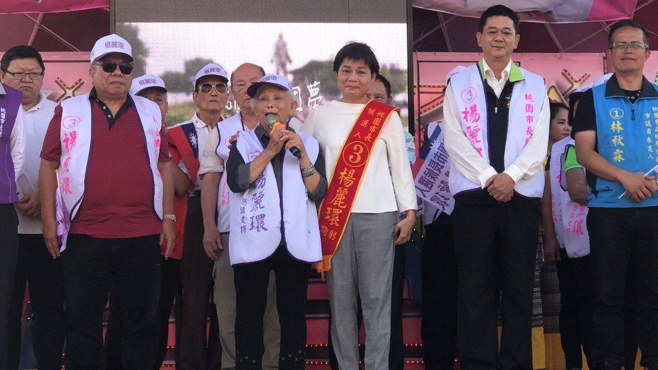 無黨籍市長候選人楊麗環(右三)打造愛心行動總部,昨天車輛開到桃園區,高齡84歲的...