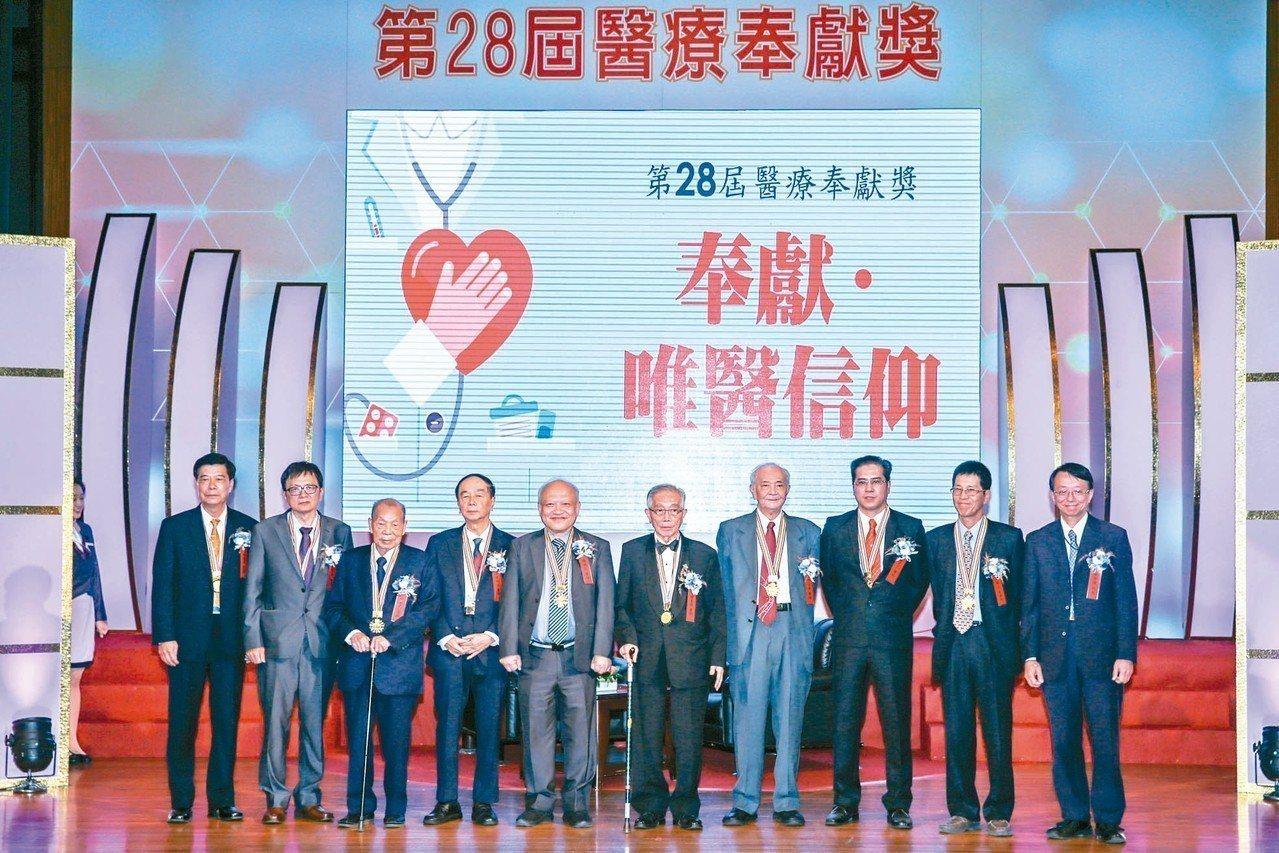 第28屆醫療奉獻獎昨頒獎,得獎者包括林德明(左起)、葉寶專、謝春梅、陳明庭、陳誠...