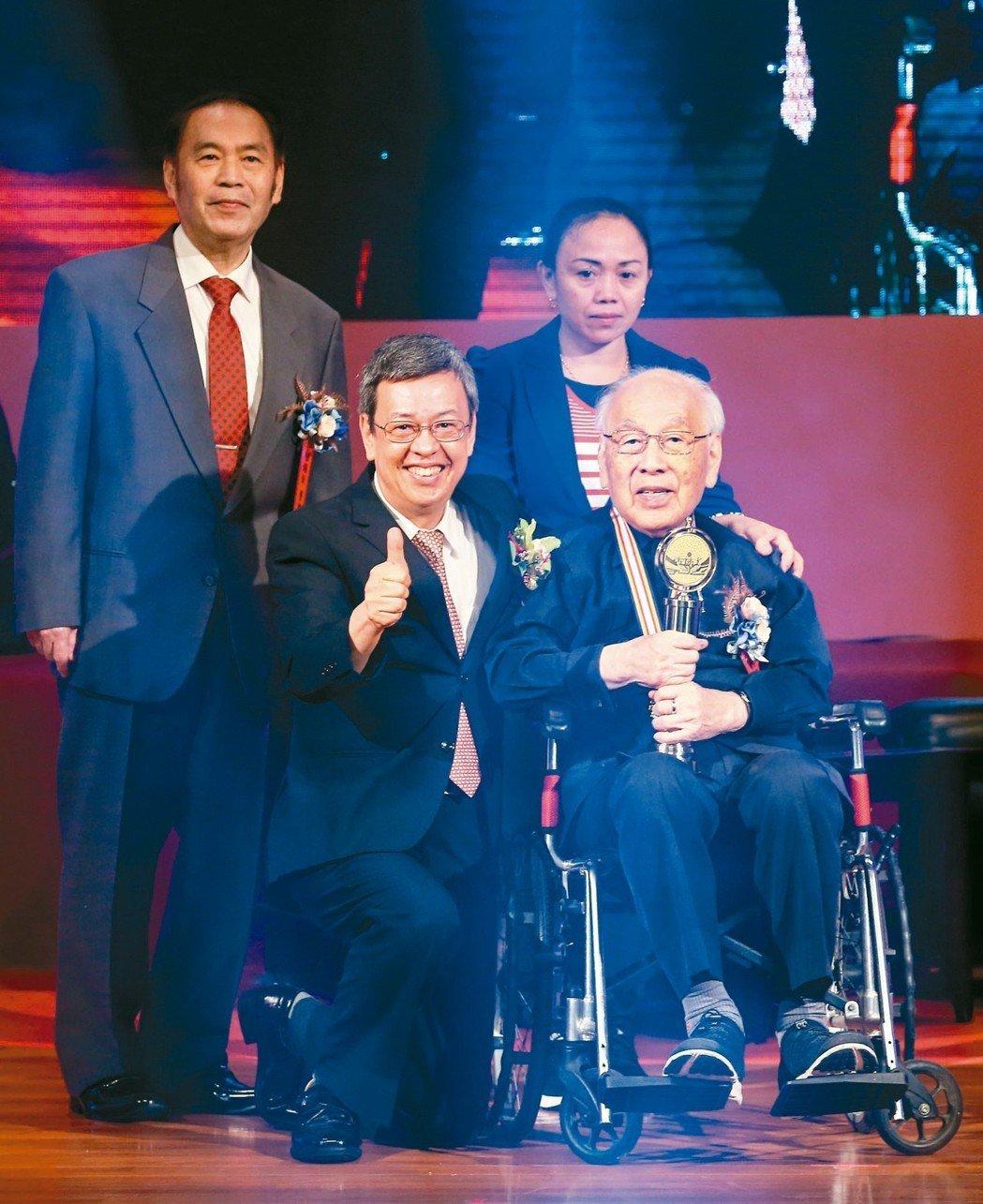 高齡99歲的得獎者台大教授楊思標(前右)也在家人陪同下來到現場領獎,副總統陳建仁...