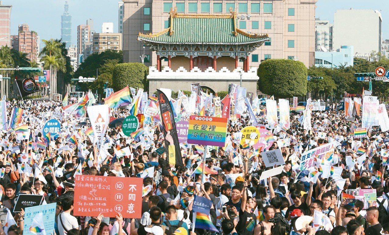 第16屆台灣同志遊行昨天於凱道登場,遊行人數突破去年的12萬人紀錄。 記者葉信菉...