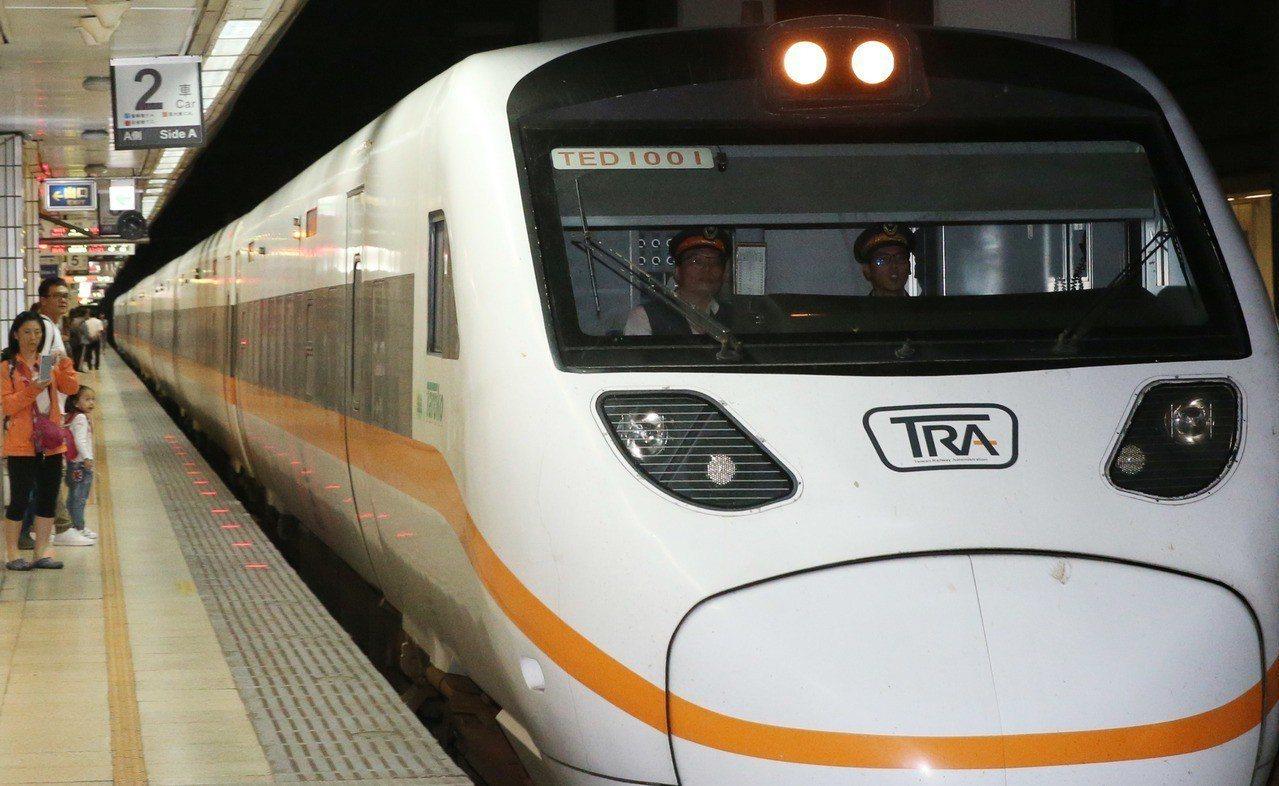 台北車站一列花東線的太魯閣號。記者林俊良/攝影