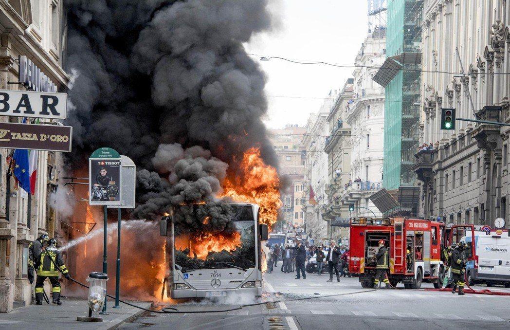 今年5月羅馬一輛公車起火,消防員全力撲滅。 (美聯社)