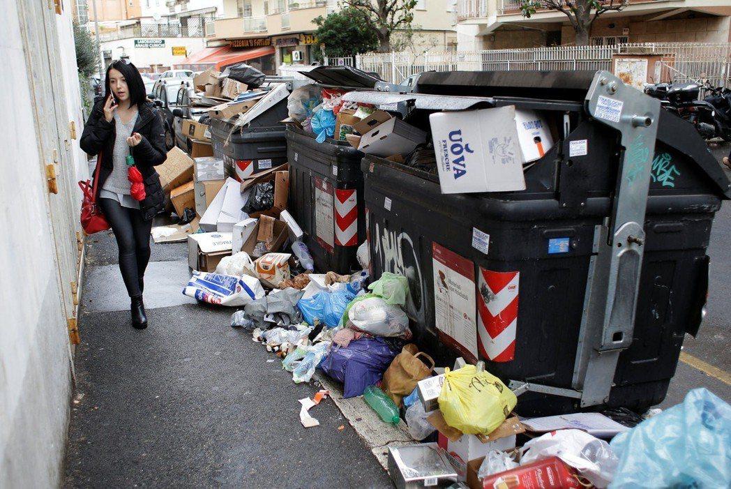 羅馬的垃圾處理作業時有時無,垃圾滿到子車外。 (路透)