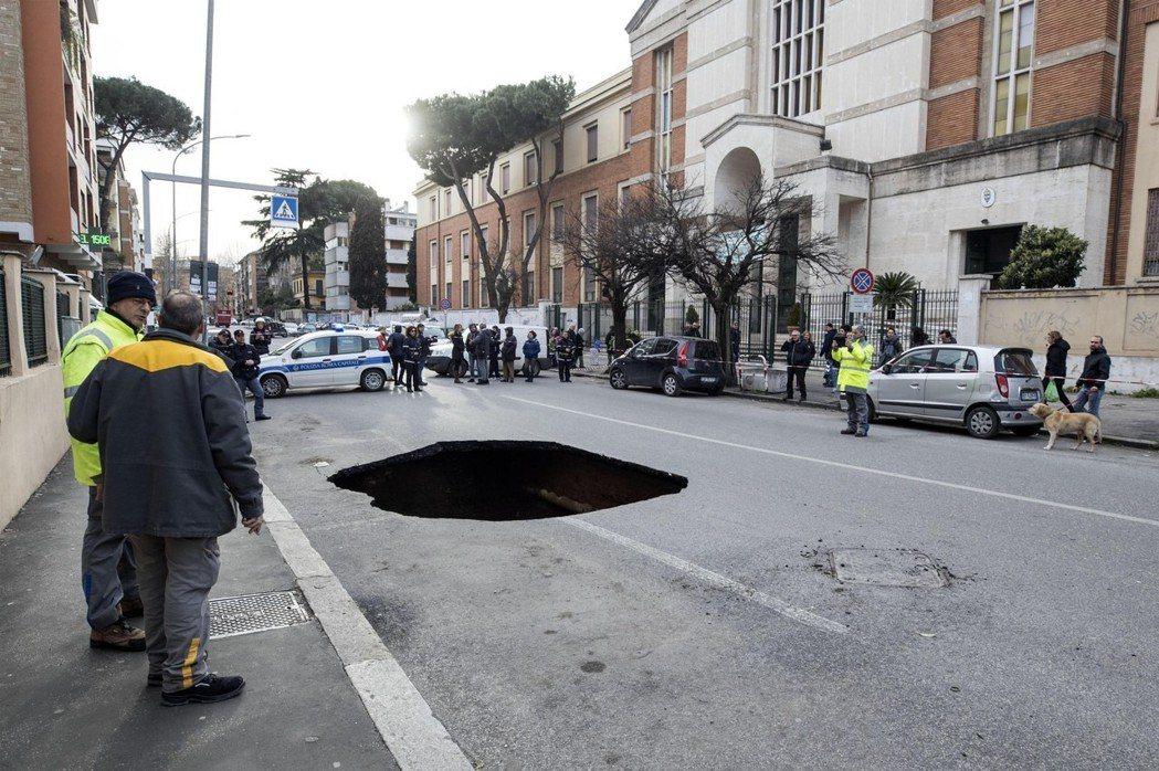 今年3月,羅馬一條道路上突然出現長5公尺、寬3公尺、深6公尺的大洞,差點吞噬停在...